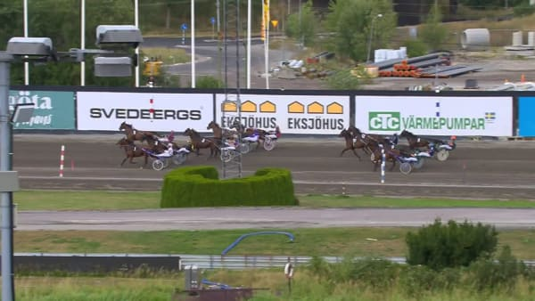 Simon Mitman tar sin första seger i sulkyn bakom Conrad Lugauers Night Brodde på Solvalla